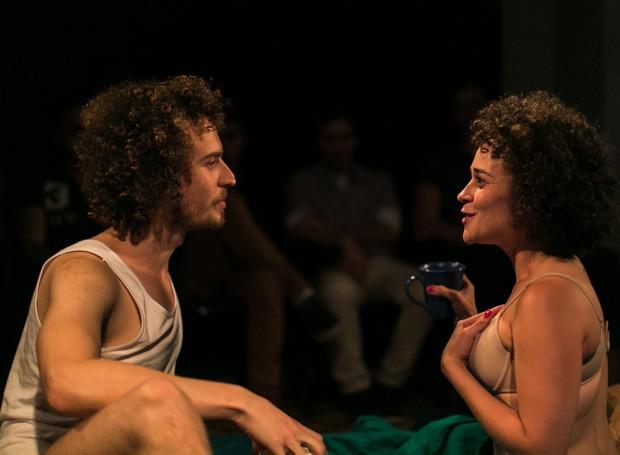 Baseado na obra de Alejandro Zambra, nova peça de Edson Bueno aborda o lado romântico e trágico do amor (Foto: Divulgação/ Jorge Mariano)
