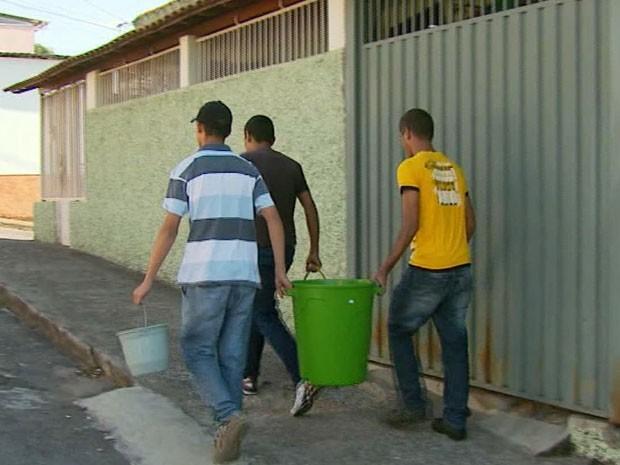 Moradores enfrentam falta de água em Varginha, MG (Foto: Reprodução EPTV)