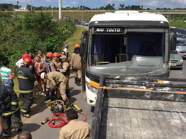 Acidente envolveu ônibus que tinha cerca de 30 passageiros (Foto: Walter Paparazzo/G1)
