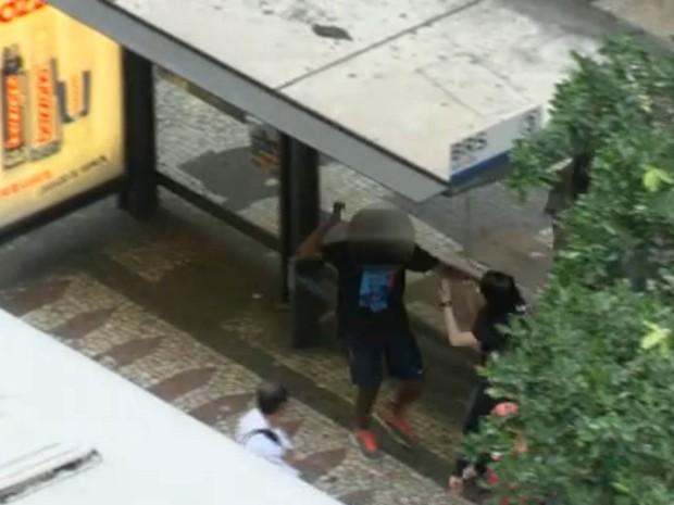 Vídeo mostra vítima de arrastão sendo atacada com faca no Rio (Foto: Reprodução/TV Globo)