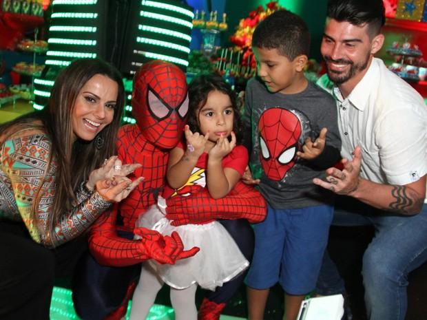 Viviane Araújo com o noivo, Radamés, e os sobrinhos Lara e Lucas em festa na Zona Oeste do Rio (Foto: Anderson Borde/ Ag. News)