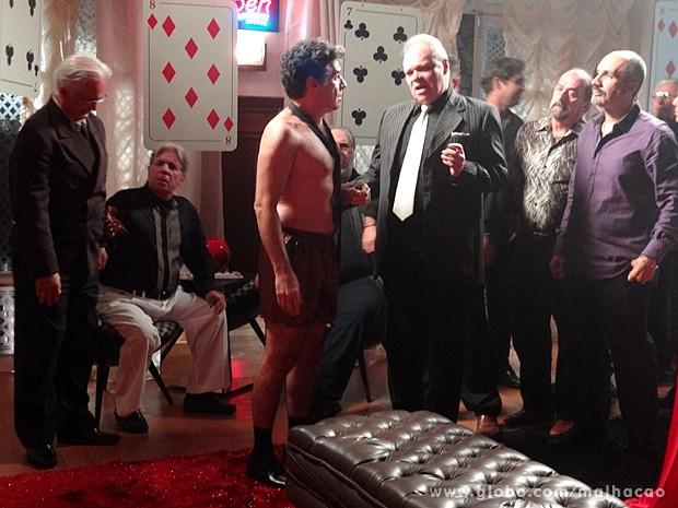 Caetano é pressionado pelo mafioso a pagar sua dívida de jogo (Foto: Malhação / TV Globo)