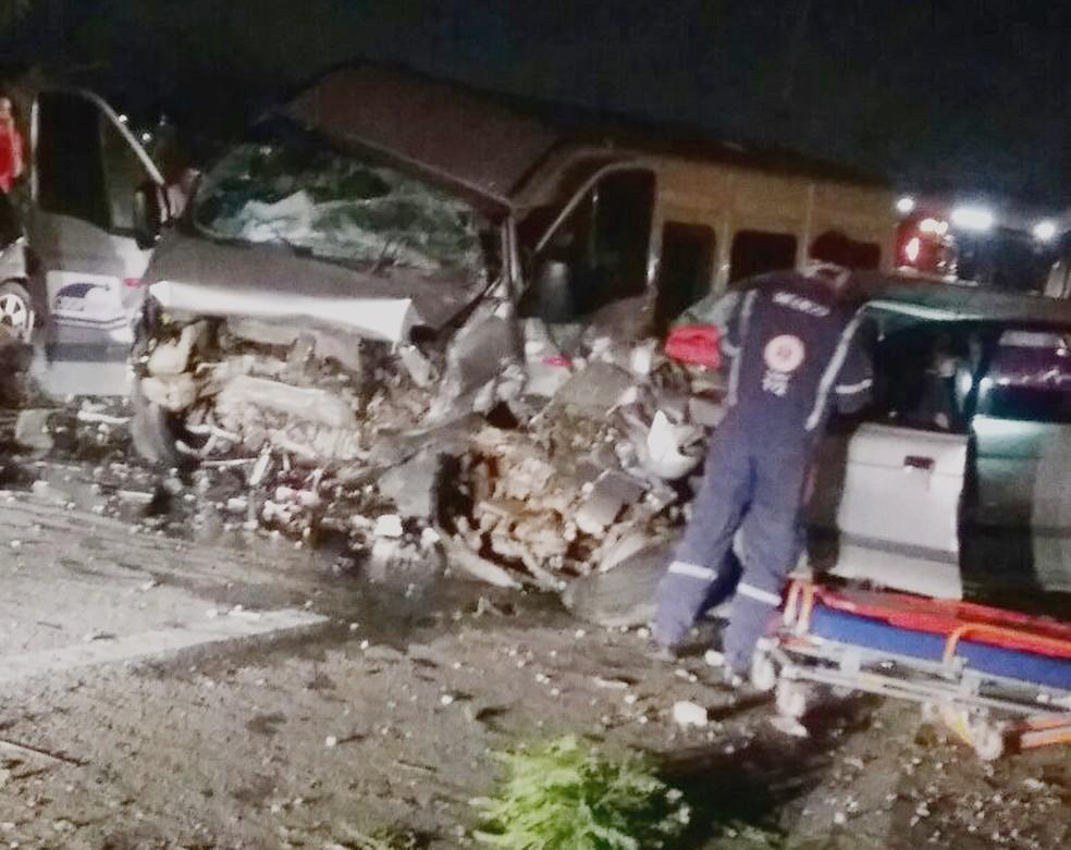 Veículos colidiram frontalmente, na noite deste sábado (15). (Foto: Divulgação / PM)