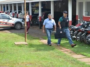 Valdomiro Corá chega à delegacia para prestar depoimento (Foto: Magda Oliveira/G1)