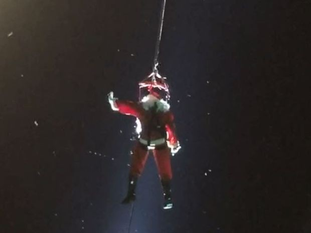 Papai Noel desceu de tirolesa em Jaú (Foto: Reprodução \ TV TEM)