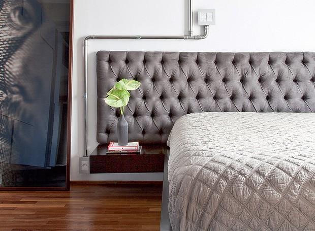 O quarto tem cama de laca com criados-mudos acoplados e cabeceira de camurça com capitonê. As instalações elétricas ficam em tubo de inox polido. Reforma do SuperLimão (Foto: Maíra Acayaba )