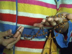 Auxiliar mostra terço que rezou enquanto era feira refém (Foto: César Tadeu/EPTV)