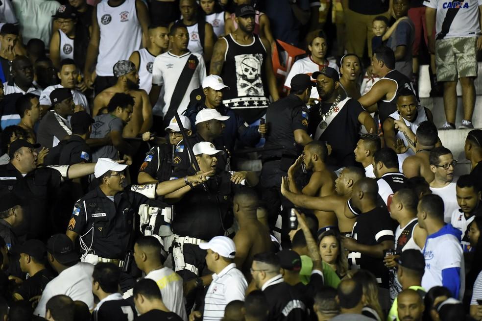 Policiais entraram em conflito com torcedores em São Januário (Foto: André Durão)