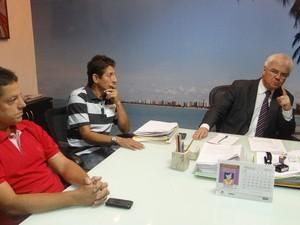 Procurador-geral de Justiça recebeu familiares de Dimas Holanda. (Foto: Carolina Sanches/ G1)
