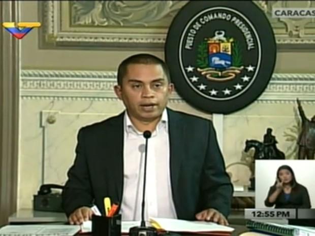 Ministro da economia da Venezuela, Luis Salas, lê o decreto em transmissão da emissora oficial venezuelana VTV (Foto: Reprodução/VTV)