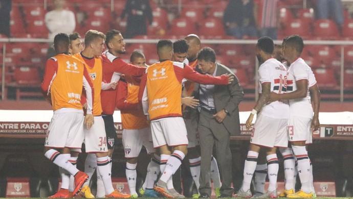 Jogadores do São Paulo abraçam Osorio após o gol de Ganso (Foto: Rubens Chiri / saopaulofc.net)