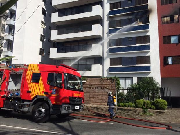 Fogo foi controlado depois de uma hora ede trabalho dos bombeiros (Foto: João Salgado/RPC)