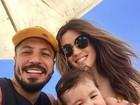 Aline Gotschalg e Fernando Medeiros levam filho a praia pela primeira vez