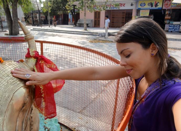 Cacau Melo medita em monumento sagrado da Índia (Foto: Vídeo Show, Cacau Melo)