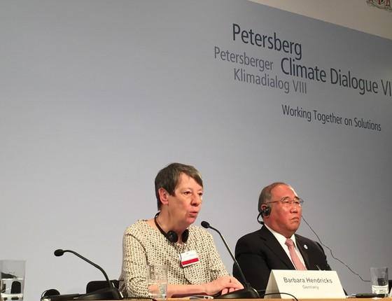 A ministra do Meio Ambiente da Alemanha, Barbara Hendricks, e o enviado especial sobre mudanças climáticas da China, Xie Zhenhua, falam com a imprensa em Berlim (Foto: Bruno Calixto/ÉPOCA)