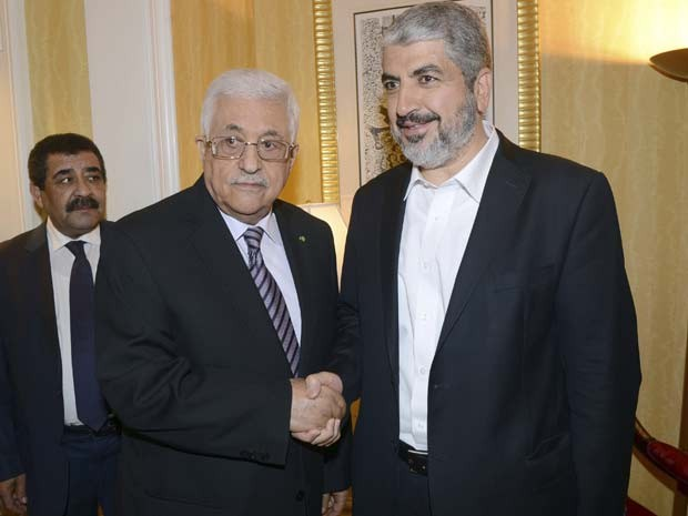 O presidente palestino Mahmoud Abbas e o chefe do Hamas Khaled Meshaal apertam as mãoes em reunião nesta segunda (5) (Foto: REUTERS/Thaer Ghanaim/PPO/Handout )