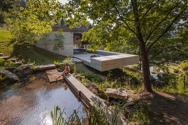 Uma casa moldada pela natureza do Vale da Caniçada (Foto: Divulgação)
