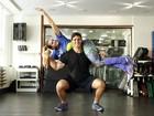 Renata Molinaro treina com a ajuda do namorado e personal trainer