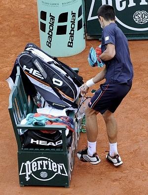 Novak Djokovic tênis Roland Garros final raquete banco (Foto: EFE)