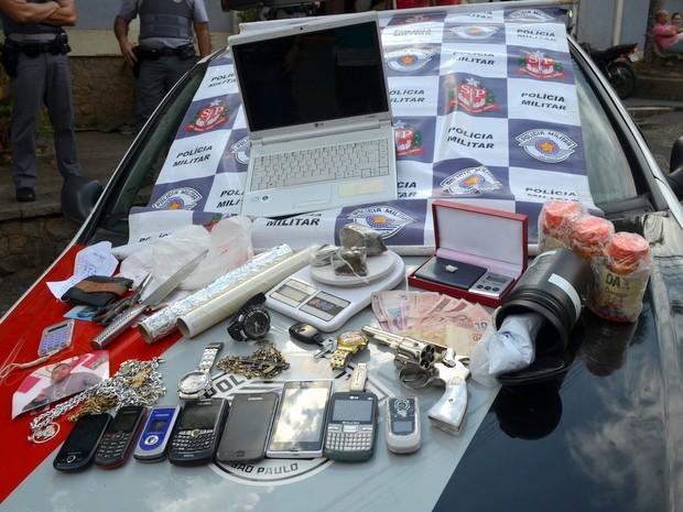PM apreende drogas, armas, celulares e até contabilidade do tráfico em Piracicaba (Foto: Fernanda Zanetti/G1)