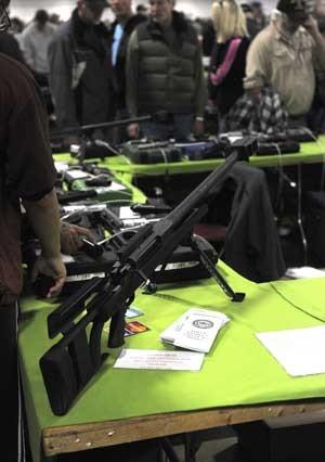 Rifle Armalite é visto em loja de armas em Kansas, Missouri, neste sábado (22) (Foto: Reuters)