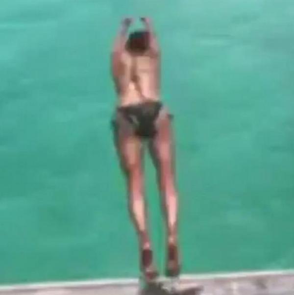 A atriz Halle Berry durante um mergulho em sua viagem a Bora Bora (Foto: Instagram)