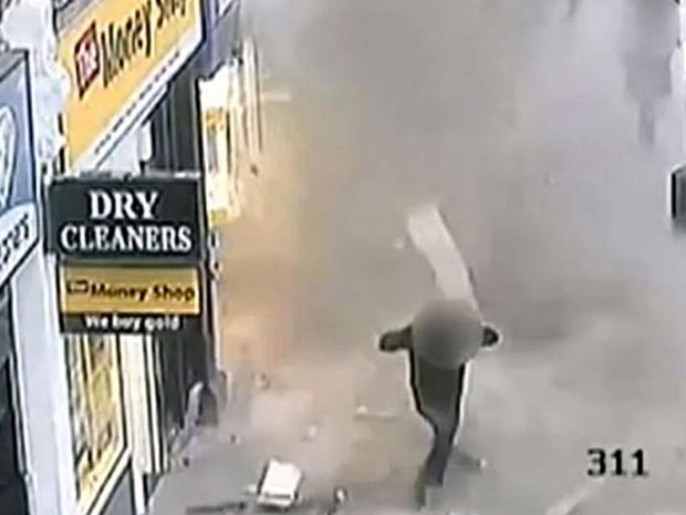 Câmeras de segurança registraram o momento em que parte do telhado de um prédio desaba sobre uma calçada em Londres (Foto: BBC)