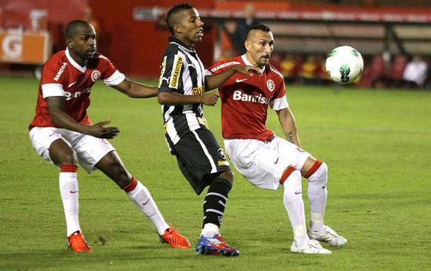 Victor Junior e Guinazu, Internacional x Botafogo (Foto: Wesley Santos / Agência Estado)