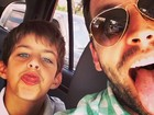 Henri Castelli faz careta com o filho no trânsito