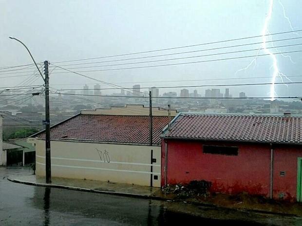 Chuva com raios atingiu Bauru e provocou queda de energia (Foto: Alex Bergamasco)