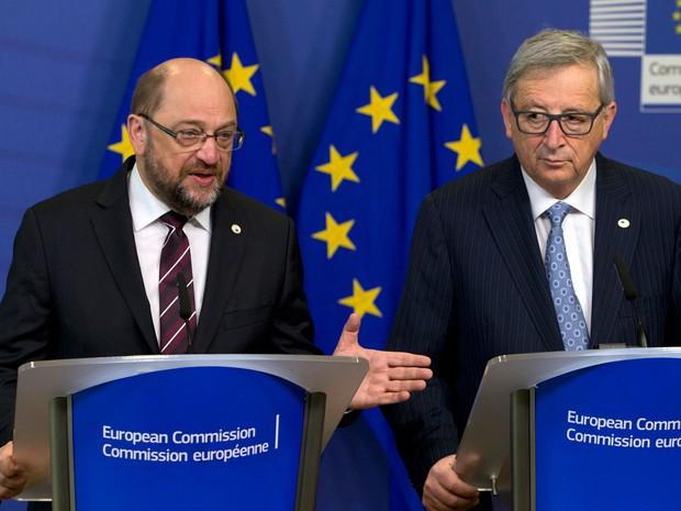 Presidente da Comissão europeia, Jean-Claude Juncker, (à direita) e presidente do parlamento europeu, Martin Schultz, participam de coletiva de imprensa na sede em Bruxelas nesta quinta-feira (17) (Foto: Virginia Mayo/AP)