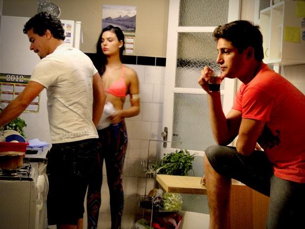 Roni fica mal ao se tocar que Leandro vai embora (Foto: Avenida Brasil / TV Globo)
