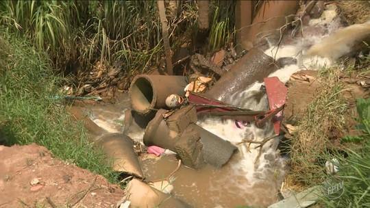 Erosão causada pela chuva gera vazamento de água em Sumaré