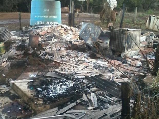 Polícia encontrou corpos depois de incêndio em casa (Foto: Blog do Elói Turvo)