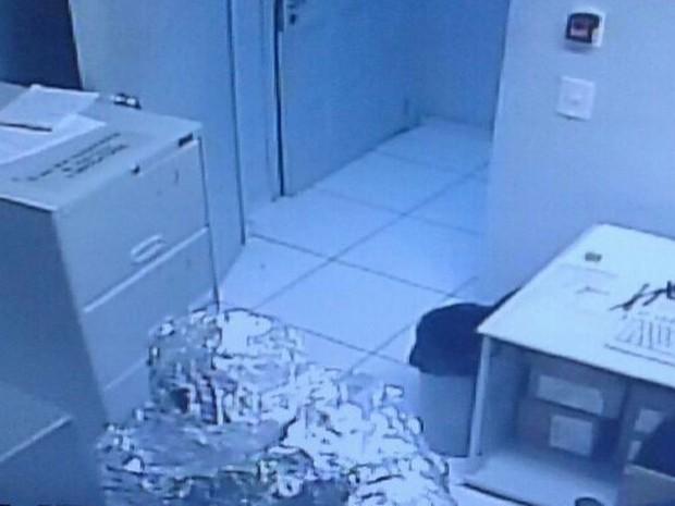 Homem ficou totalmente coberto por papel alumínio para invadir banco (Foto: PM/Divulgação)