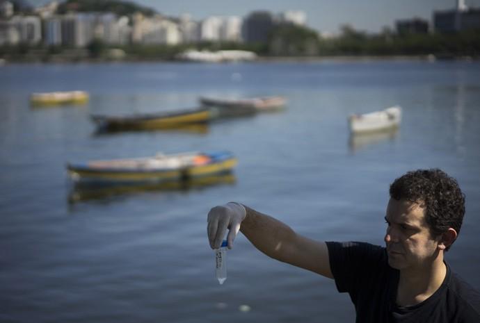 O virologista Fernando Spilki analisa a qualidade da água da Marina da Glória, no Rio, pelo programa da Universidade de São Paulo