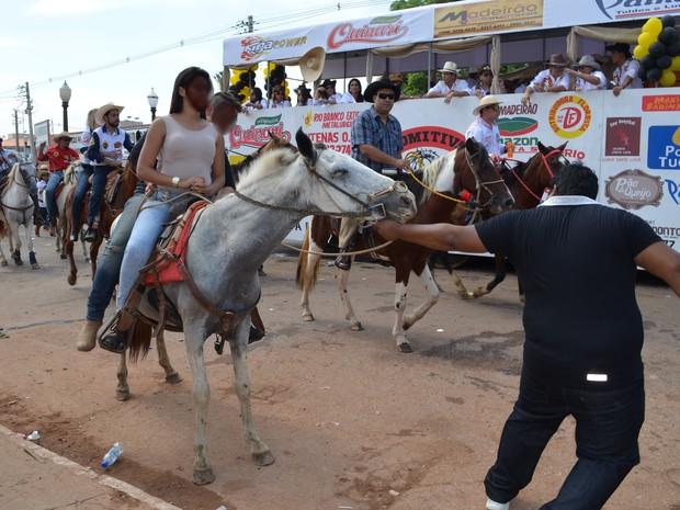 Homem puxa cavalo que está com duas pessoas em cima dele (Foto: Rayssa Natani/G1)