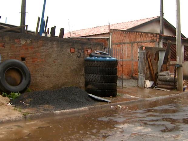 Pneus na calçada acumulam água da chuva em Sumaré (Foto: Reprodução / EPTV)