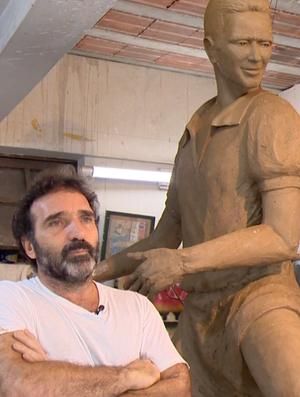 Artista Edgar Duvivier e a estátua de Zagallo (Foto: Reprodução/SporTV)