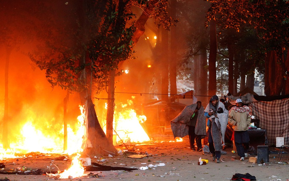 Usuários que ficavam na Praça Princesa Isabel observam fogo nas barracas (Foto: Leonardo Benassato/Framephoto/Estadão Conteúdo)