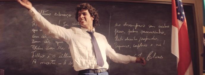 Omar se irrita com professor e o ataca  (Foto: TV Globo)
