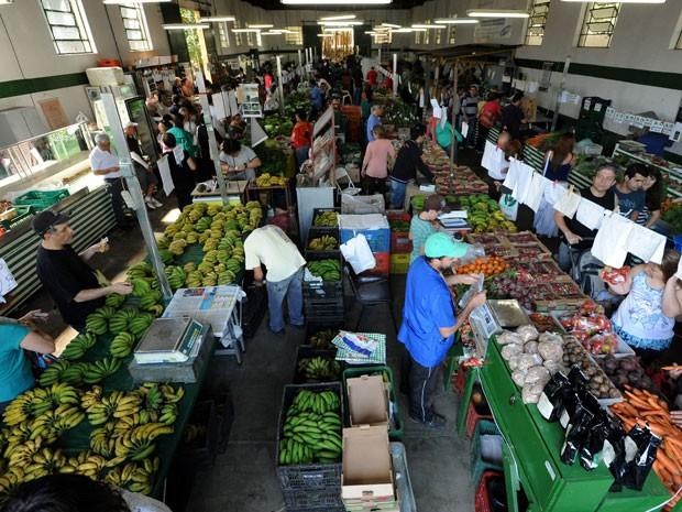 Interior do galpão onde é realizada a feira de produtos orgânicos do Parque da Água Branca (Foto: Luiz Prado/divulgação)