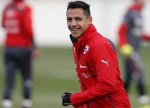 Alexis Sánchez sorri treino Chile (Foto: REUTERS/Ivan Alvarado)