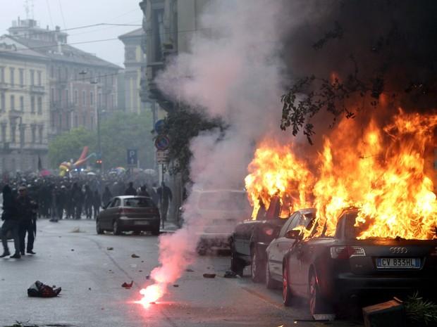 Manifestantes queimam carros em protesto contra realização da Expo Milão, na Itália (Foto: AP Photo/Riccardo De Luca)