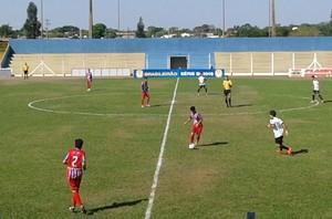Lance entre Novoperário e União/ABC no Campeonato Sul-Mato-Grossense sub-19 (Foto: Átilla Eugênio/TV Morena)