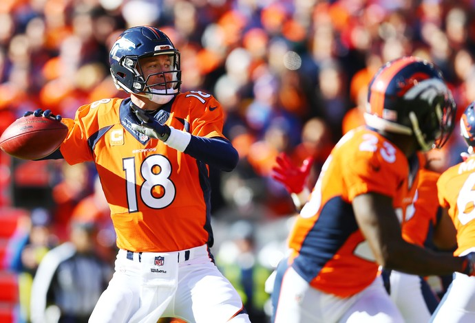 Manning durante jogo entre Broncos e Patriots na NFL (Foto: Reuters)