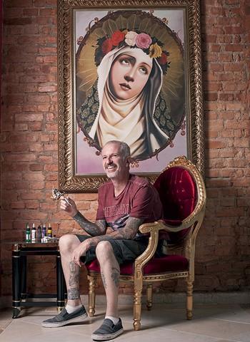 Francisco Russo, no Led's Tattoo, estúdio de tatuagem da Zona Sul de São Paulo, onde ele atende há 20 anos (Foto: Camila Fontana)
