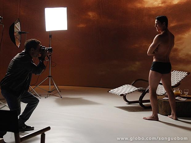 Ô lá em casa... Tito mostra todo o seu potencial (Foto: Sangue Bom / TV Globo)