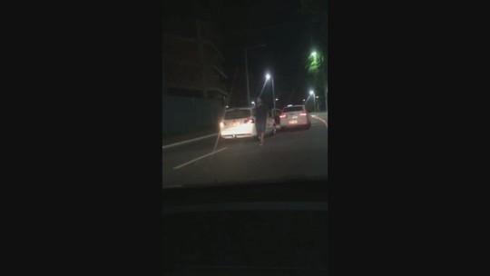 Motorista de Uber foge de taxistas por ciclovia em Balneário Camboriú; vídeo