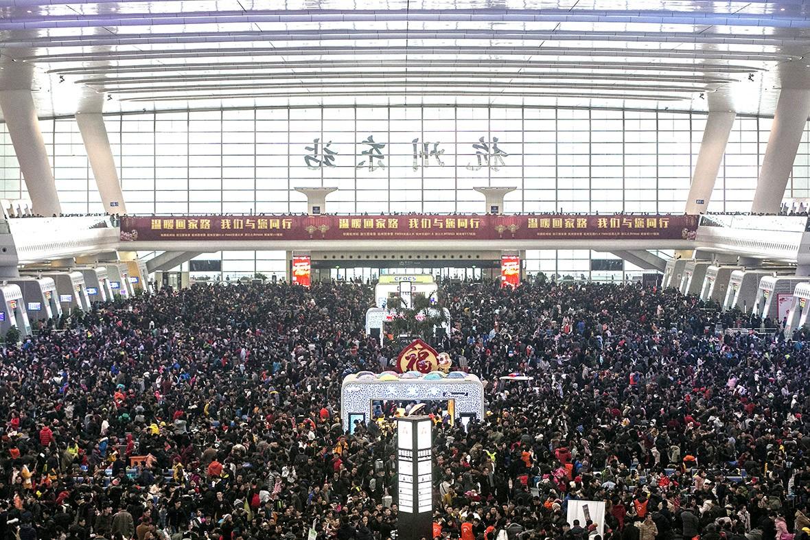 Em Hangzhou, milhares de pessoas esperam liberação das linhas férreas